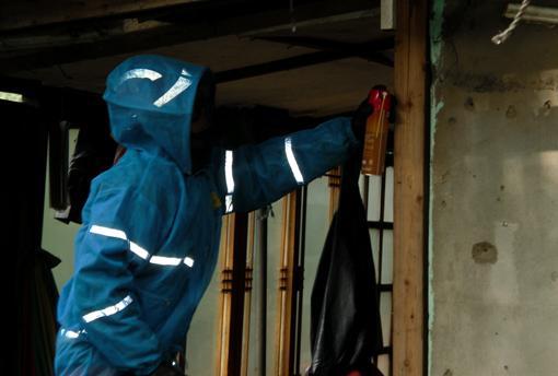 지구 온난화로 인해 최근 도심 내에서 벌집이 빈벌하게 나타나고 있다. 119대원이 안전 장구를 착용하고 벌집을 제거하고 있다.(사진제공:인천부평소방서)