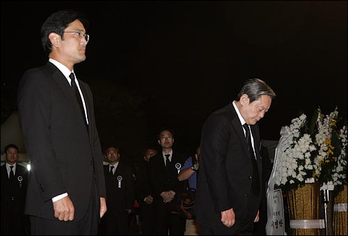 이건희 전 삼성그룹 회장과 아들 이재용 삼성 전무가 21일 밤 여의도 국회에 마련된 고 김대중 전 대통령 국장 빈소를 찾아 조문하고 있다.