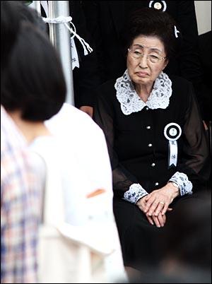 고 김대중 전 대통령 국장 영결식을 하루 앞둔 22일 오후 여의도 국회에 마련된 빈소에서 부인 이희호씨가 조문객들을 맞이하던 중 잠시 의자에 앉아 쉬며 조문객들을 바라보고 있다.
