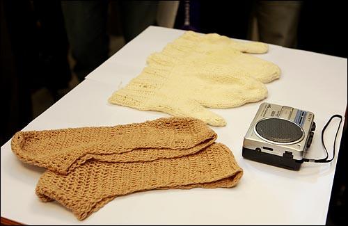 22일 오후 여의고 국회 정론관에서 고 김대중 전 대통령이 입원 당시 부인 이희호씨가 털실로 직접 뜨개질한 양말과 벙어리 장갑, 병실에서 김 전 대통령이 사용했던 녹음기가 공개됐다.