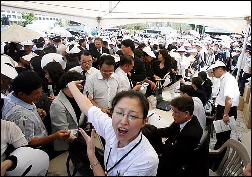 23일 오후 여의도 국회의사당앞에서 열리는 고 김대중 전 대통령 국장 영결식에서 행사 진행자들이 입구에서 참석자들을 안내하고 있다.