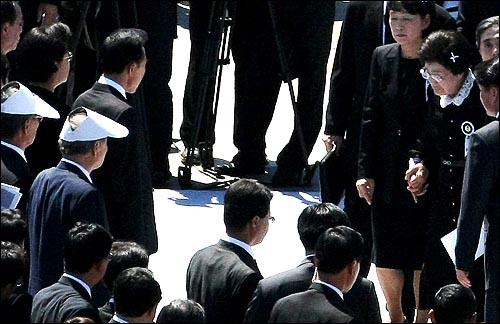 23일 오후 서울 여의도 국회에서 열린 고 김대중 전 대통령 국장 영결식에서 영결식장에 입장하던 이희호씨가 이명박 대통령과 인사를 하고 있다.