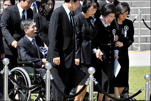 고 김대중 전 대통령 국장 영결식이 열린 23일 오후 여의도 국회앞에 마련된 영결식장에 부인 이희호씨, 장남 김홍일 전 의원 등 유가족들이 입장하고 있다.