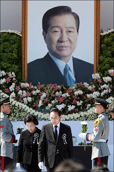 이명박 대통령과 부인 김윤옥씨가 23일 국회 앞마당에서 열린 고 김대중 전 대통령 영결식에서 헌화, 분향한 뒤 걸어 나오고 있다.