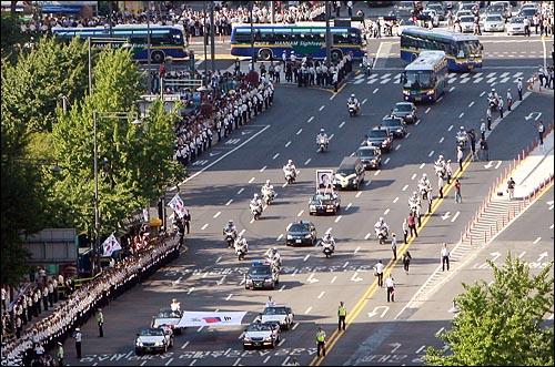 23일 오후 고 김대중 전 대통령 국장 운구행렬이 광화문 네거리를 지나 시청 앞 서울광장으로 향하고 있다.