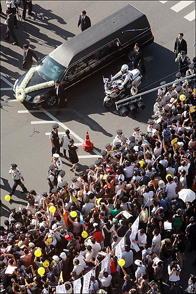 23일 오후 고 김대중 전 대통령 국장 운구행렬이 서울시청앞 서울광장을 지나가고 있다.