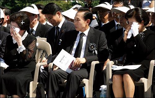 23일 오후 여의도 국회에서 엄수된 고 김대중 전 대통령 국장 영결식에서 부인 이희호씨와 이명박 대통령과 함께 참석한 부인 김윤옥씨가 눈물을 흘리고 있다.
