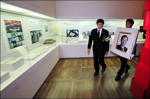 23일 오후 여의도 국회에서 엄수된 고 김대중 전 대통령 국장 영결식이 끝난 뒤 고인의 영정사진이 동교동 김대중 도서관을 둘러보고 있다.
