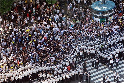 23일 오후 서울시청앞 서울광장 앞에서 수많은 시민들이 고 김대중 전 대통령 국장 운구행렬을 지켜보고 있다.
