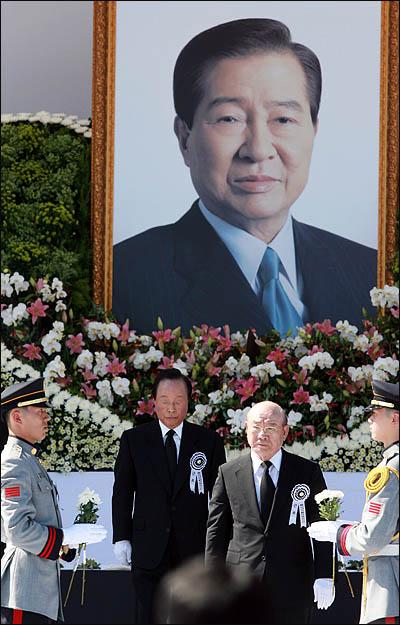 전두환 김영삼 전 대통령이 23일 국회 앞마당에서 열린 고 김대중 전 대통령 영결식에서 헌화한 뒤 돌아서고 있다.