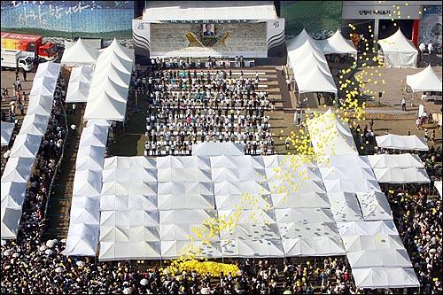 23일 오후 고 김대중 전 대통령 국장 운구행렬이 서울시청앞 서울광장에 도착한 가운데 시민드리 김 전대통령의 넋을 위로하며 노란 풍선을 하늘로 날리고 있다.