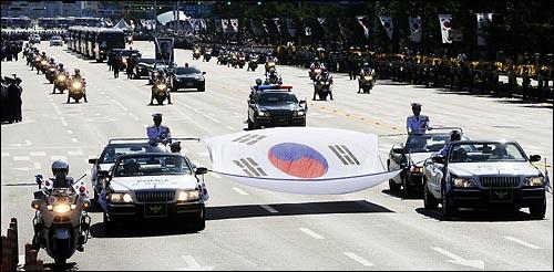 23일 오후 여의도 국회에서 고 김대중 전 대통령 국장 영결식을 마친 운구차량이 국회를 나와 동교동 사저로 향하고 있다.