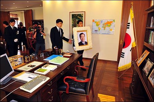 23일 오후 여의도 국회에서 엄수된 고 김대중 전 대통령 국장 영결식이 끝난 뒤 고인의 영정사진이 동교동 김대중 도서관 집무실을 둘러보고 있다.