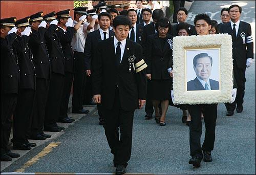 고 김대중 전 대통령 국장 영결식이 끝난 23일 오후 고인의 운구행렬이 동교동 사저를 둘러보기 위해 도착하고 있다.