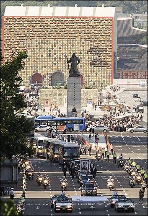 23일 오후 여의도 국회에서 열린 고 김대중 전 대통령 국장 영결식이 마친 뒤 운구행렬이 시민들을 만나기 위해 세종로네거리를 지나 서울광장으로 향하고 있다.