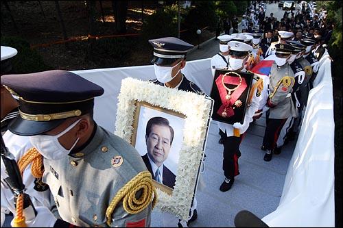 23일 오후 고 김대중 전 대통령 국장 안장식이 열리는 서울 동작구 국립현충원에서 영정사진과 운구가 식장 안으로 들어오고 있다.