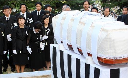 23일 오후 서울 동작구 국립현충원에서 열린 고 김대중 전 대통령 안장식에서 이희호씨와 유가족들이 하관을 기다리고 있다.