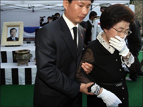 23일 오후 서울 동작구 국립현충원에서 열린 고 김대중 전 대통령 안장식에서 이희호씨가 마지막 헌화와 분향을 한 뒤 오열하며 나오고 있다.