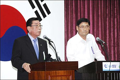 이대엽 성남시장(사진왼쪽)과 김황식 하남시장이 지난 19일 성남시청 대회의실에서 기자회견을 열어 두 자치단체의 통합을 발표하고 있다.
