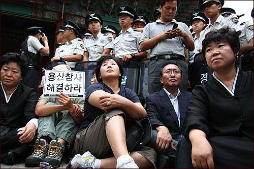 29일 오후 서울광장에 시민분향소를 마련하려던 '용산 참사' 유가족들과 노회찬 진보신당 대표가 서울 덕수궁 대한문 앞에서 경찰에 둘러싸여 있다.
