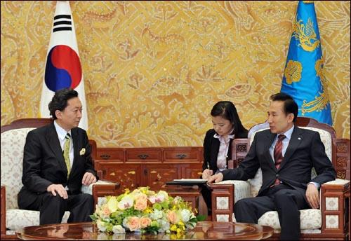 """하토야마 유키오 민주당 대표(왼쪽)는 지난 6월 5일 방한해 이명박 대통령을 만났을 때 """"성숙한 동반자 관계로 나아가기 위해 협력해 나가자""""고 말한 바 있다."""
