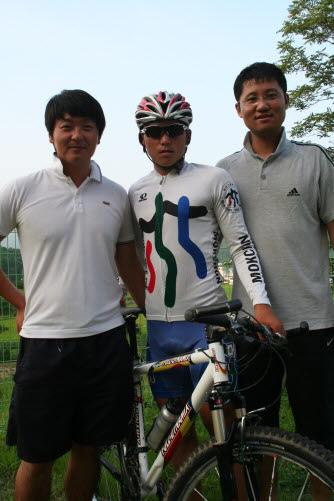 김지훈(가운데) 선수와 고덕주(오른쪽) 감독, 한현조 코치.