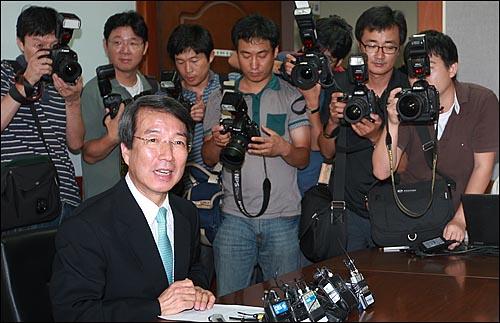 신임 국무총리에 내정된 정운찬 전 서울대 총장이 3일 오후 서울 관악구 서울대학교에서 열린 기자회견에서 기자들의 질문에 답하고 있다.