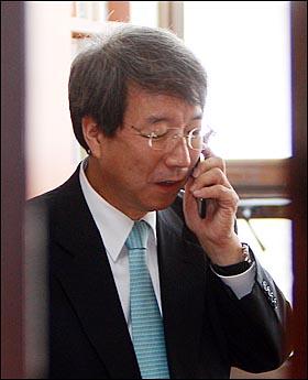 신임 국무총리에 내정된 정운찬 전 서울대 총장이 3일 오후 서울 관악구 서울대학교 교수연구실에서 지인들로부터 축하전화를 받고 있다.