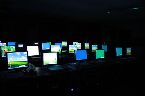 어둠 속에서도 빛을 내는 은빛둥지 교육장 모니터들