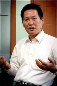 """강 회장은 동방신기 멤버들의 투자규모에 대해서도 밝히며 """"단순히 지분율만 보더라도 그들은 경영에 참여할 수 있는 위치가 아니""""라고 전했다."""