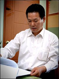 강석원 회장이 관련 서류를 펼쳐보이며 SM 엔터테인먼트 주장의 부당함을 설명하고 있다.