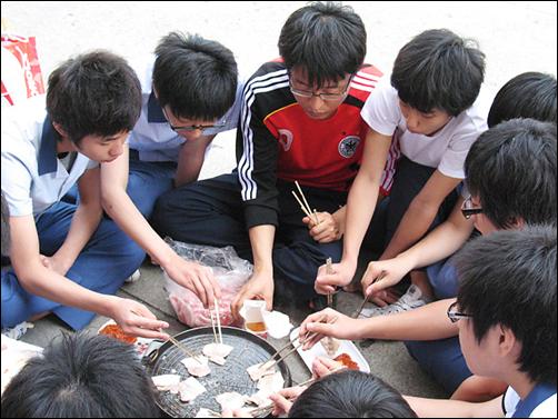 서현수 선생님 학급 아이들과 단합대회 중 삽겹살을 굽고 있는 모습