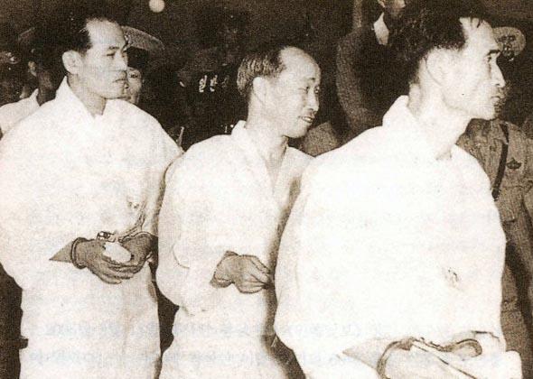 민족일보 1 1961년 8월 28일 오라에 묶여 법정에 들어가는 민족일보 사장 조용수와 송지영 (왼쪽부터)