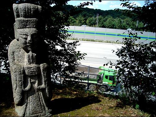 서울외곽순환고속도로 옆에 자리한 월산대군묘가 나온다.