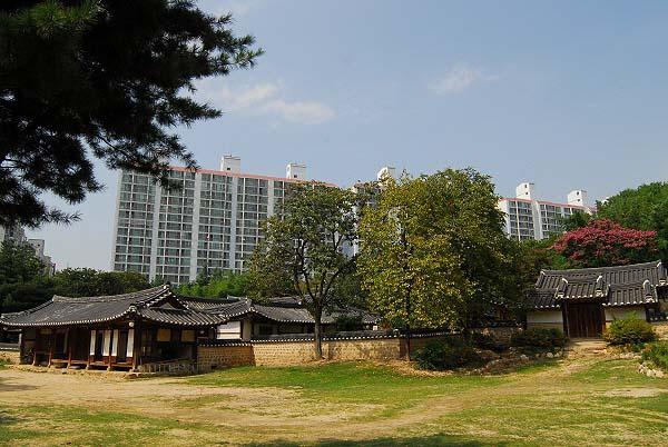동춘당 고택의 전경 고층 아파트와 상가에 완전히 포위되어 고립된 '섬'과 같다.