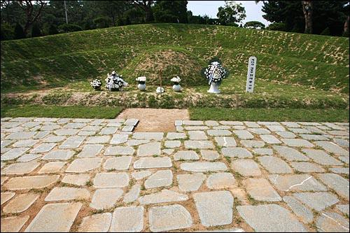 15일 오후 서울 동작구 국립현충원내 고 김대중 전 대통령 묘소.