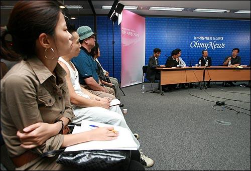 17일 오후 서울 상암동 오마이뉴스 스튜디오에서 국민참여정당제안모임 이병완 실행위원장과 천호선 홍보위원장이 초대된 가운데 <10만인클럽 열린인터뷰>가 오마이TV를 통해 생방송으로 진행되었다.