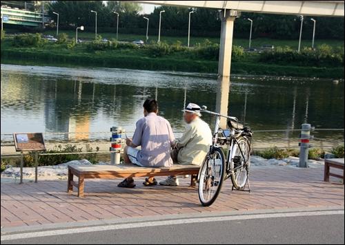 청계천 하구 쉼터 의자에 앉아 쉬고 있는 노인들