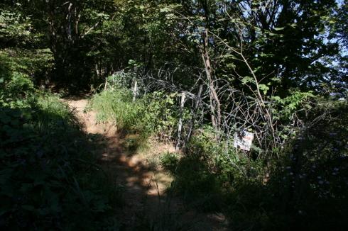 사유지 경계선인지 갑자기 나타난 철조망에 위협감을 느꼈다 어린이와 노인들도 많이 찾는 백봉산에 위험한 구간이 있었다.  좀 더 안전한 펜스의 설치가 많이 아쉬웠다.