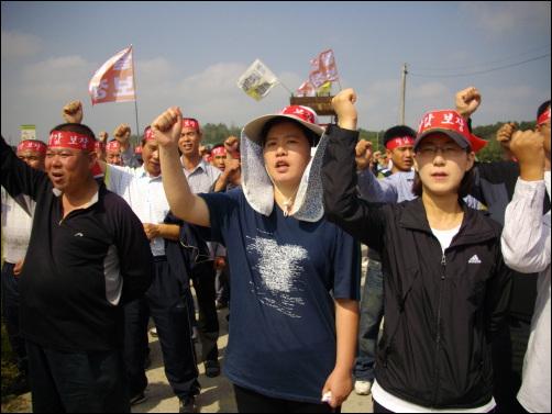 정부는 책임지고 쌀값을 보장하라! 29일 오전 경기도 여주군 가남면 본두리에서 농민들이 쌀값폭락에 항의하는 집회를 열고 있다.