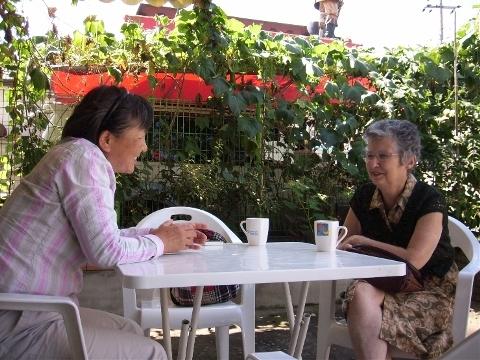 '두레방' 유영님 원장과 이야기를 나누는 문여사 두레방 앞마당에서 차를 마시며 이야기를 나누는 유영님 원장. 그녀는 초기 문여사가 함께 일을 했던 유복님씨의 언니다.