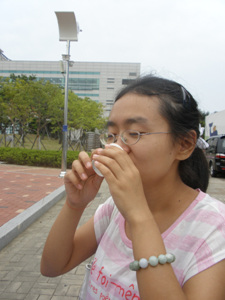"""평양소주 중국유학생이 '평양소주'를 마시고 있는 모습니다. """"향과 맛이 중국에서 마셔본 술과 비슷 합니다"""""""
