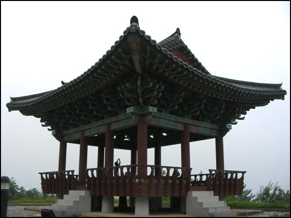 망양정 2005년에 해체복원하여 아름다운 모습으로 서 있다