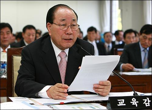 공정택 서울시교육감이 9일 오전 서울시교육청에서 열린 국회 교육과학기술위원회 국정감사에서 의원들의 질의에 답변하고 있다.