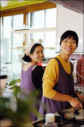 찻집지기 김진숙(오른쪽)씨와 민성희씨는 찻집이 터를 잡고 있는 인수동에 살고 있다. 가족과 이웃에게 내놓는 것들이라며 정성을 들인다.