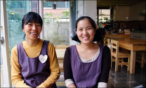 김진숙씨(왼쪽)와 민성희씨는 마을에서는 언니 동생으로 지내다가 힘을 합쳐 찻집을 열게 되었다.