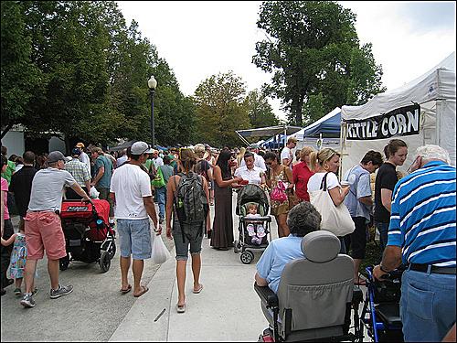 솔트레이크시티 파머스마켓의 전경. 휠체어를 탄 장애인, 유모차를 끄는 가족, 배낭을 멘 사람 등 다양한 사람으로 붐빈다.