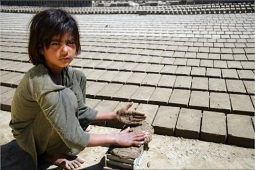 어린이 노동 현장  집 근처 공장에서 벽돌을 만들고 있는 파키스탄 어린이