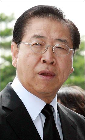 정준양 포스코 회장이 21일 국회에 마련된 김대중 전 대통령 공식 빈소를 찾아 조문한 뒤 굳은 표정으로 빈소를 나서고 있다.