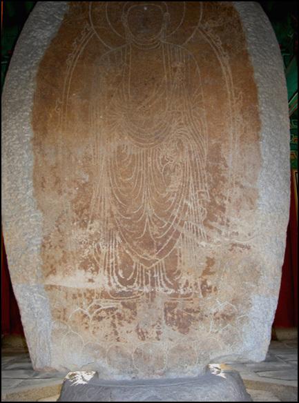 석불입상의 후면 보물 만복사지 석불입상의 후면에는 선각한 부처상이 그려져 있다